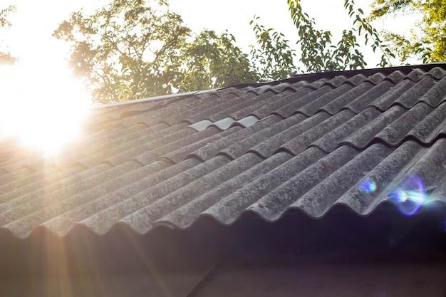 屋根瓦と背景の空の日光 Premium写真