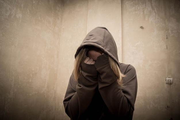 Безнадежный наркоман, переживающий кризис наркомании, портрет зависимости от молодого человека Premium Фотографии