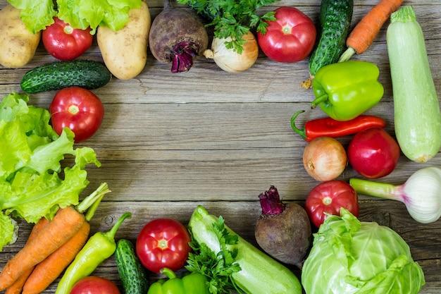 Взгляд сверху предпосылки здоровой еды. здоровая еда со свежими овощами Premium Фотографии