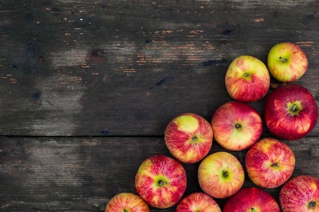 木製のテーブルの上のリンゴ。空の新鮮なフルーツの背景 Premium写真