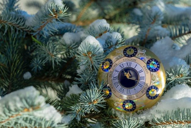新年あけましておめでとうございます、メリークリスマス、クリスマスツリーのクリスマス背景目覚まし時計。 Premium写真