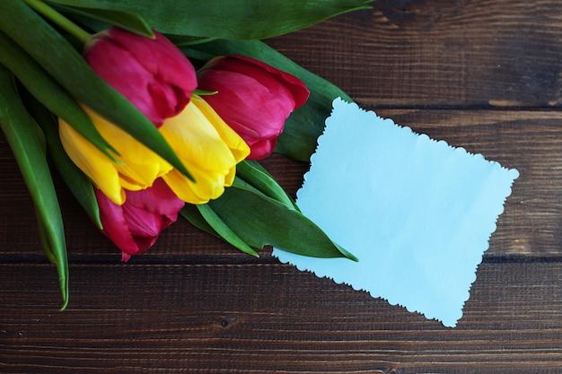 花とお祝いカードの背景。 Premium写真