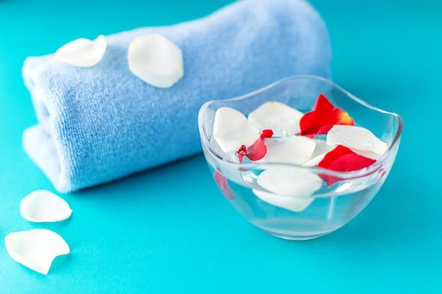 水とタオルをボウルにバラの花びら。 Premium写真