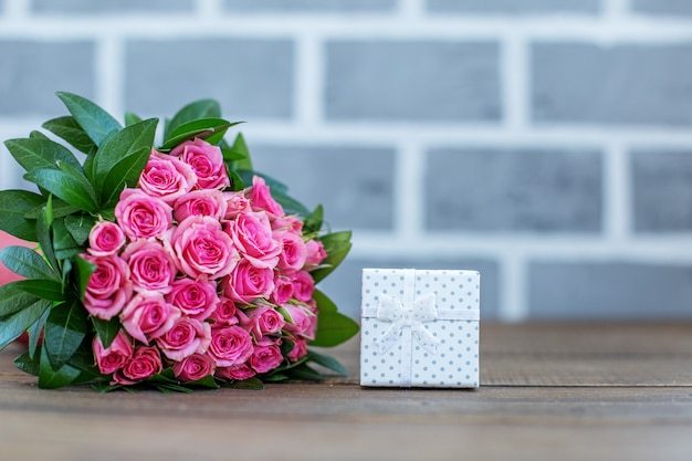 Подарок и букет роз. место для надписи. концепция ло Premium Фотографии