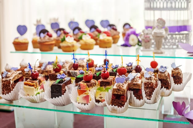 Десерты на стеклянной таре. Premium Фотографии
