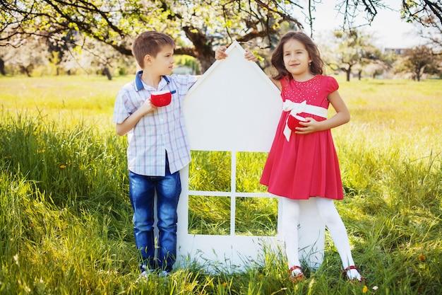 男の子と女の子が公園で。幼年期および生活様式の概念。 Premium写真