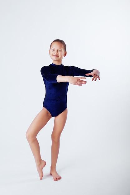 体操をする準備ができている女の子 Premium写真