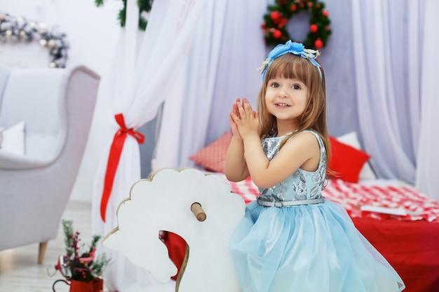 彼女のドレスのリトルプリンセス。クリスマスの概念。 Premium写真