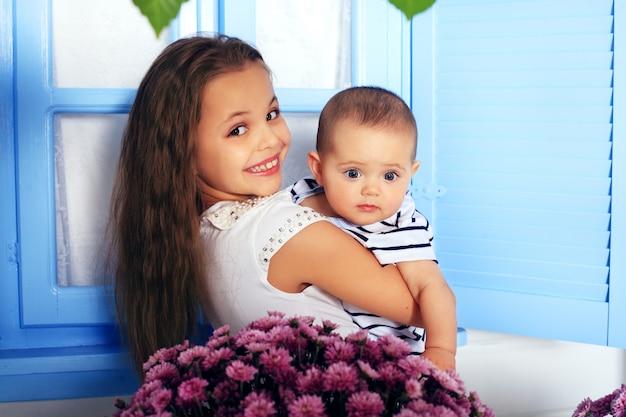 Два счастливых веселых ребенка. понятие детства и образа жизни. Premium Фотографии