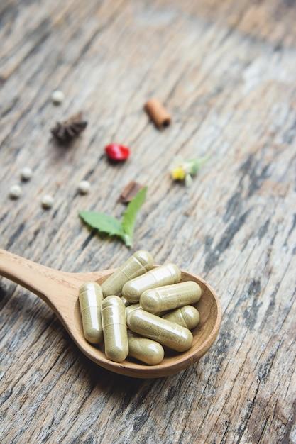 健康的な食事のための有機ハーブとカプセルの漢方薬 Premium写真