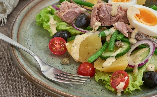 健康的な食事のためのニース風サラダ。メッキクローズビュー Premium写真