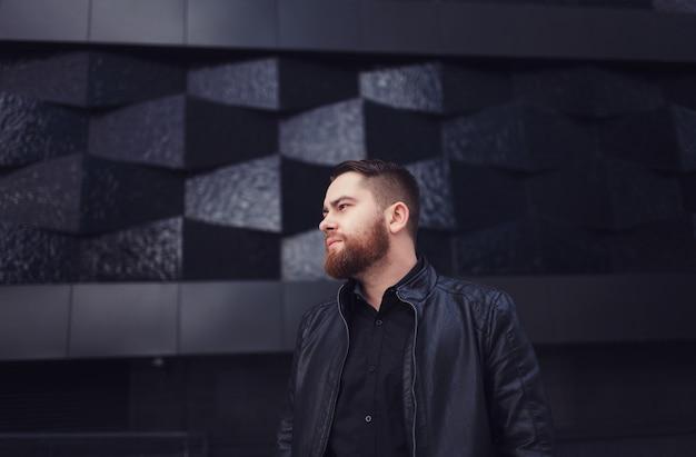 ハンサムなひげを生やした男の肖像 Premium写真