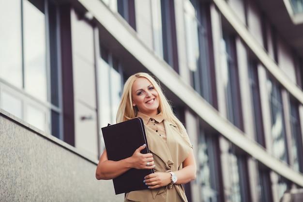 フォルダーを持つ女性実業家。 Premium写真