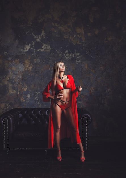 赤いランジェリーのセクシーな金髪のモデル Premium写真