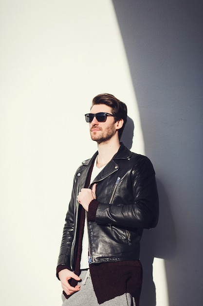黒革のジャケットを着てスタイリッシュな男 Premium写真
