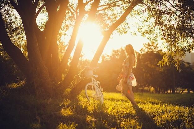 自然を楽しむ無料の幸せな女 Premium写真