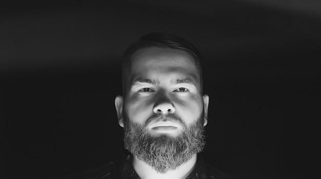 深刻な若い男の黒と白の肖像画 Premium写真