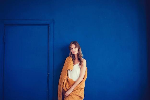 Уютная женщина покрыта теплым шерстяным одеялом Premium Фотографии
