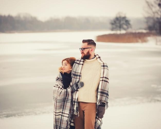 冬の公園を歩いて愛するカップル Premium写真