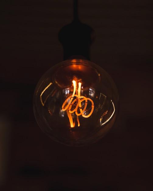 ヴィンテージ吊り電球 Premium写真