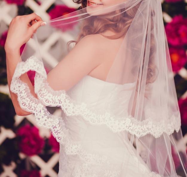 若い美しい幸せな花嫁の肖像画 Premium写真