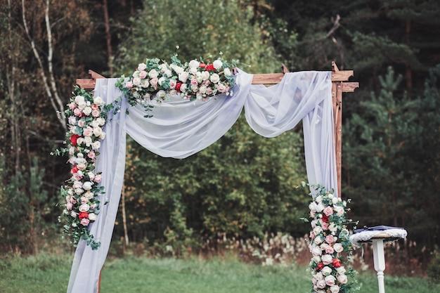Красивая свадебная церемония на открытом воздухе Premium Фотографии