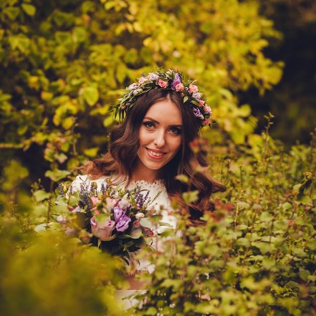 エレガントなウェディングドレスの花嫁の肖像画を間近します。 Premium写真