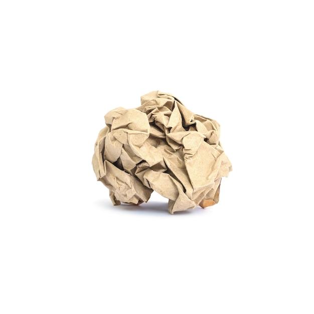 Бумага крупного плана скомканная коричневым цветом изолированная на белизне с путем клиппирования Premium Фотографии