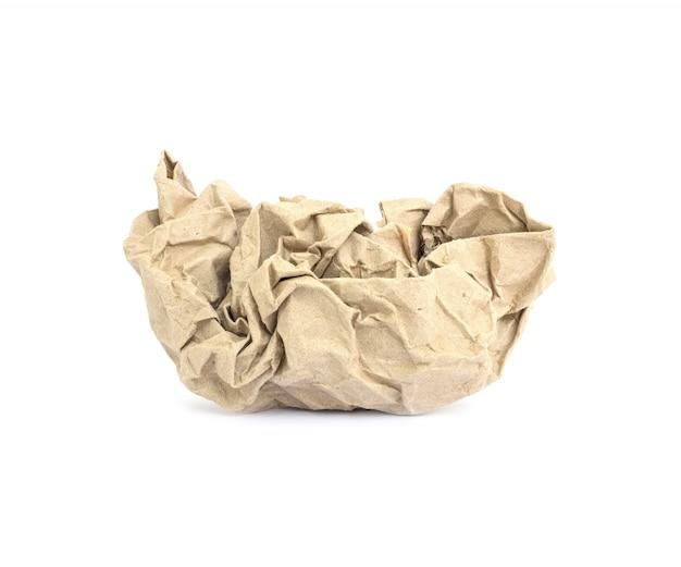 Крупным планом коричневой мятой бумаги на белом фоне Premium Фотографии