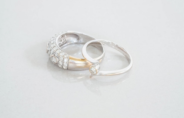 ぼやけた大理石の石造りの床の背景にクローズアップ古いダイヤモンドの指輪 Premium写真