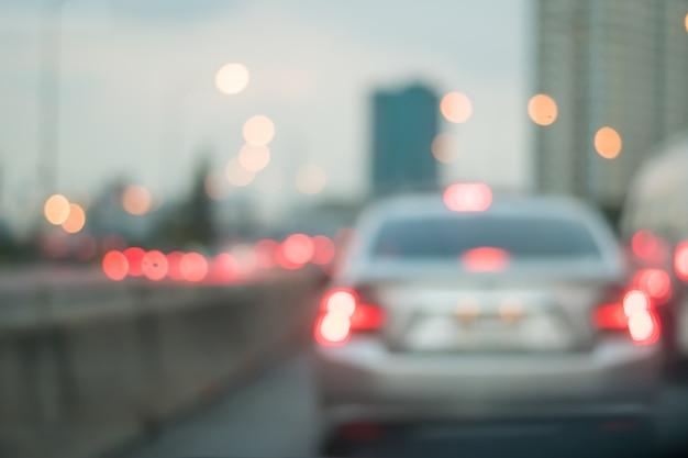 夕方には抽象的な光のボケ味を持つ道路上の車のモーションブラー Premium写真