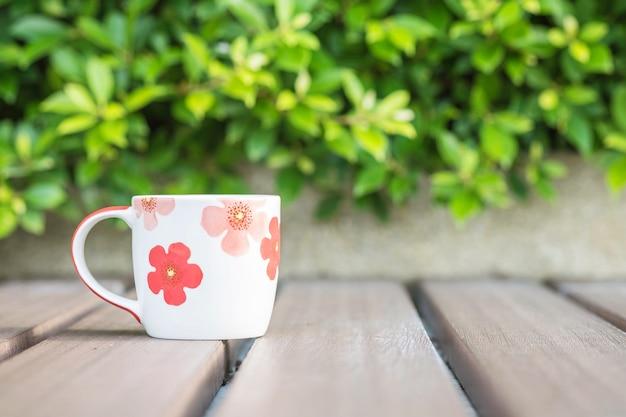 木製のテーブルの上のコーヒーのクローズアップカップ Premium写真