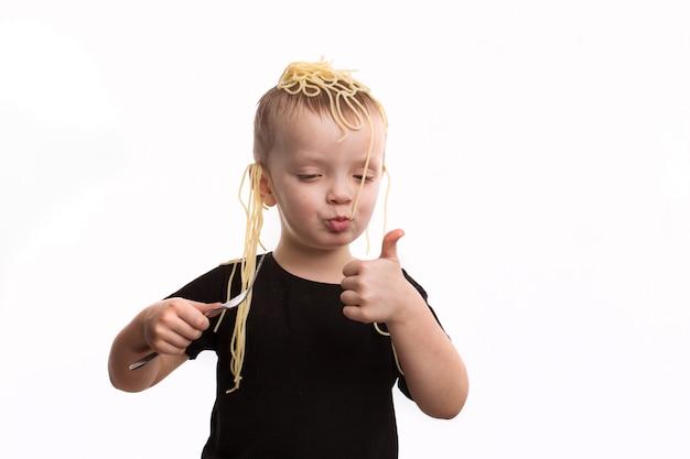 Обман, лапша на ушах. мальчик в черной футболке - это не белый изолированный фон. апрельский день дураков концепции. Premium Фотографии