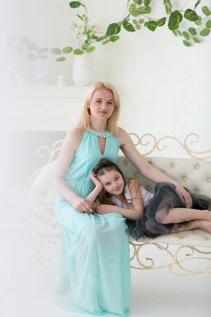 Блондинка в греческом платье с дочерью Premium Фотографии