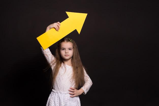 Портрет молодой девушки с большой стрелой Premium Фотографии