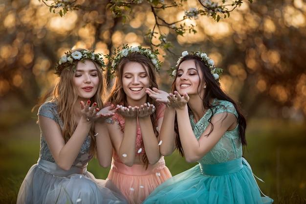 花盛りの木の中で美しい少女。 Premium写真