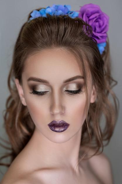 Красивая цветочная женщина. Premium Фотографии