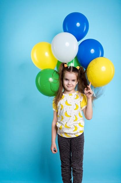 風船を持つ少女 Premium写真