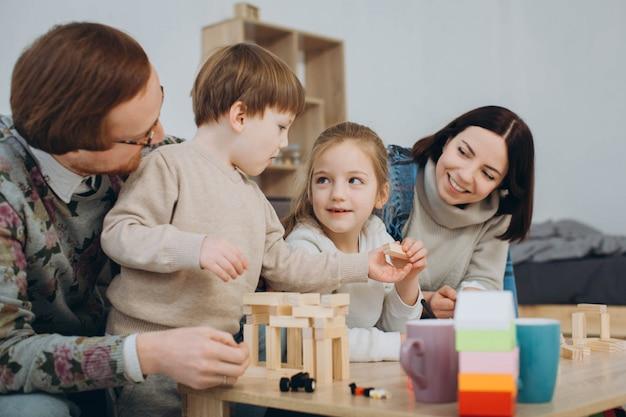 Молодая мама и папа играют в развивающие игры с детьми Premium Фотографии