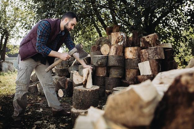 鋭い斧で木を刻んで強いきこり Premium写真