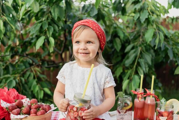 イチゴとミントはデトックス水を注入しました。氷とミントの夏のさわやかな飲み物としてイチゴのレモネード。フルーツと冷たいソフトドリンク。 Premium写真