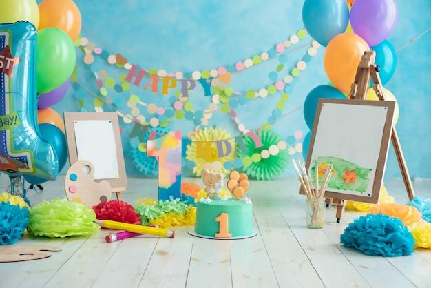Первый день рождения разбить торт. поздравления с днем рождения. Premium Фотографии