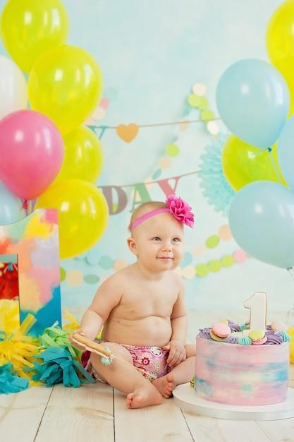 Первый день рождения разбить торт. крем на ногах Premium Фотографии
