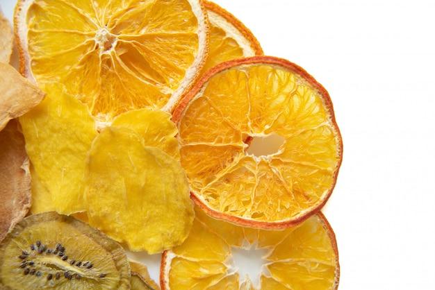 Куча сушеных тропических фруктов, изолированных Premium Фотографии