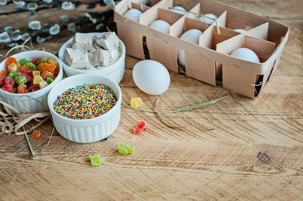 Ингредиенты для выпечки кулич на деревянном фоне Premium Фотографии