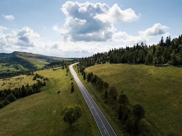 上からキャプチャされた山のある道路への空撮 Premium写真