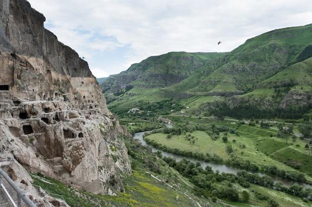 グルジアのアスピンザ近くのムトヴァリ川の左岸にあるエルシェティ山から発掘されたバルジア洞窟修道院跡 Premium写真