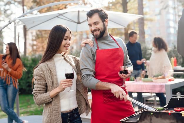 男と女がピクニックでワインを飲んでいます。 Premium写真