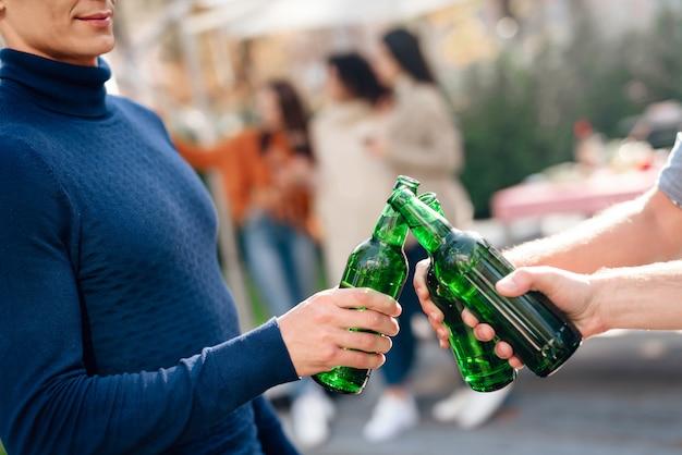 みんなピクニックに来て、ビールを飲みます。 Premium写真