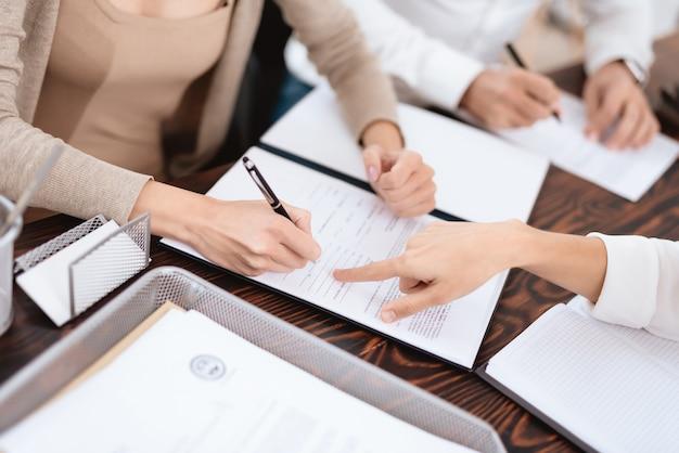 弁護士は、離婚証明書にサインインする必要がある場所を示します。 Premium写真
